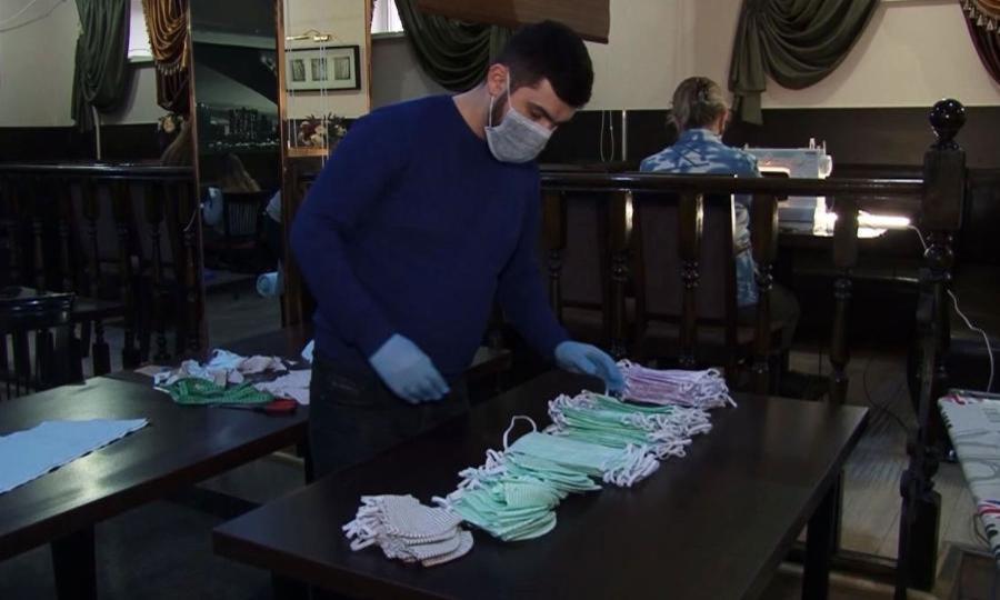 Водном изресторанов Коряжмы начали шить защитные маски