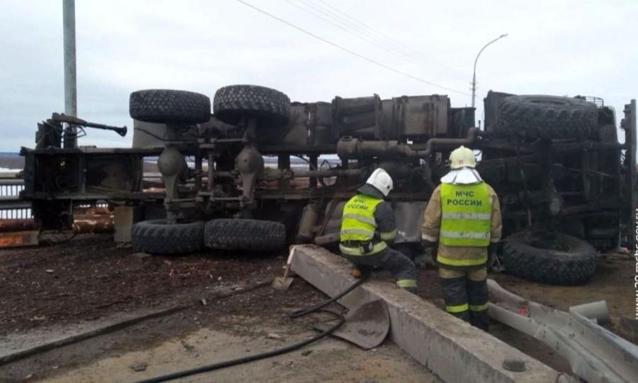Сегодня наКраснофлотском мосту вАрхангельске перевернулся гружёный лесовоз